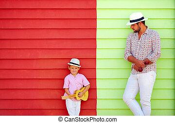 heureux, père fils, à, instruments musicaux, près, les, coloré, mur