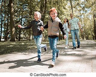 heureux, parc, famille, promenade