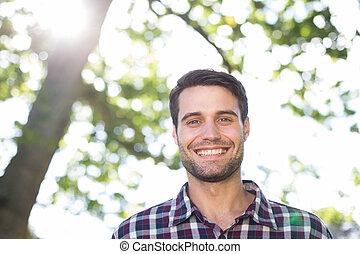 heureux, parc, jeune homme