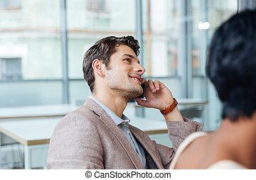 heureux, parler homme, sur, téléphone portable, dans, bureau