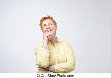 heureux, pensée, désinvolte, femme, à, rouges, coiffure, rêver, regarder, haut., elle, est, planification, elle, future.