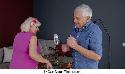 heureux, personne agee, anniversaire, retraite, amusement, couple, avoir, danse, célébrer, salle, vieux, maison, vivant