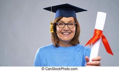 heureux, personne agee, diplômé, étudiant, femme, à, diplôme