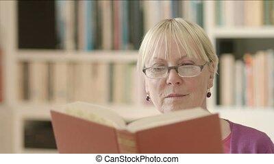 heureux, personne agee, livre, lecture, femme