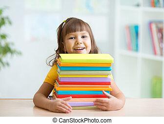 heureux, petite fille, à, a, pile livres