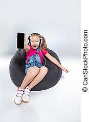 heureux, peu, écolière, utilisation, smartphone, à, écouteurs