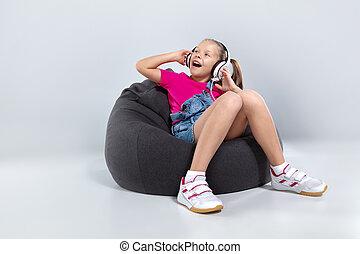heureux, peu, écolière, utilisation, smartphone, et, écoute, musique, à, écouteurs