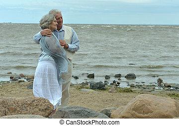 heureux, plage, portrait, personnes âgées accouplent