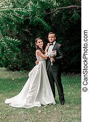 heureux, portrait, été, parc, nouveaux mariés, couple, fond