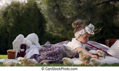 heureux, pré, décoration, enfant, assied, paques, autour de
