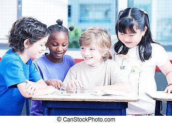heureux, primaire, multi ethnique, étudiants, bureau, à, tablette, et, exer