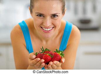 heureux, projection, femme, jeune, fraises