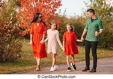 heureux, quatre, portrait, famille, automne