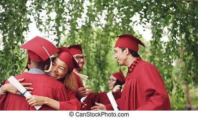 heureux, recevoir diplôme, étudiants, groupe multi-ethnique,...