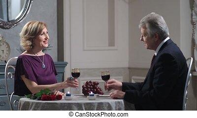 heureux, restaurant, couple, mûrir, grillage, vin