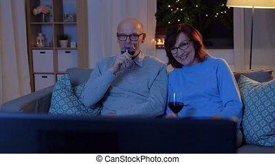 heureux, rouges, boisson, montre, tv, vin, couples aînés
