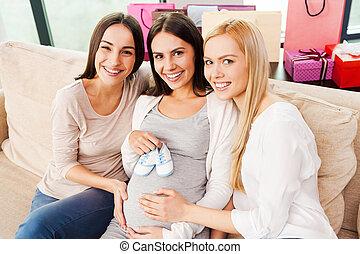 heureux, séance, fin, deux, pregnant, tenue, amis, butins, vue, abdomen, sommet, divan, shower., jeune, elle, quoique, femme, bébé, sourire