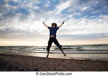 heureux, sauter, jeune homme