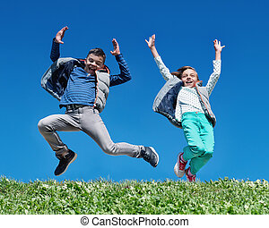 heureux, sauter, pré, enfants