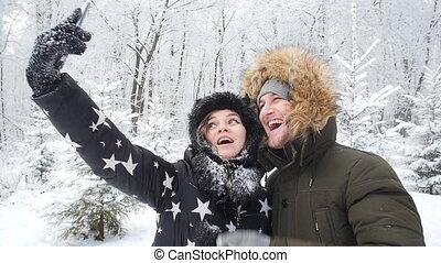 heureux, smartphone, hiver, photo, couple, jeune, neige, forêt, fond, dehors, confection, concept., selfie, voyage