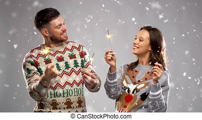 heureux, sparklers, fête, couple, noël