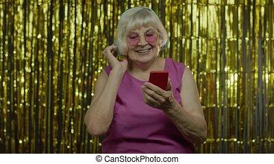 heureux, tenue, musique, vieux, écoute, téléphone portable, ...