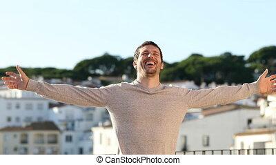heureux, ville, étirage, vacances, homme, bras