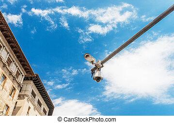 hi-tech, kamera, hen, den, blå himmel, på, gade