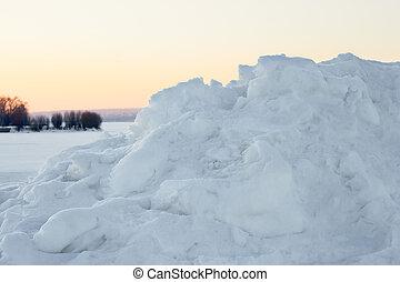 High snow hummock