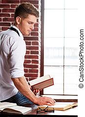 hij, liefdes, studying., mooi, jonge man, in, hemd en meren, schrijvende , iets, in, opmerking blok, terwijl, zittende , op, zijn, werkende plaats
