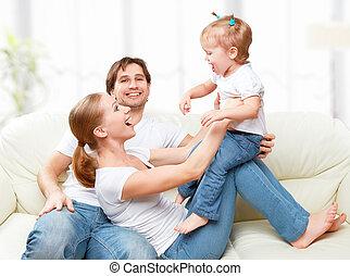hija, familia , sofá, madre, niño de risa, bebé, hogar, feliz, juego, padre