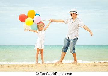 hija, padre, tiempo día, playa, juego