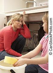 hija, porción, madre, a, limpieza, el escaparse, fregadero