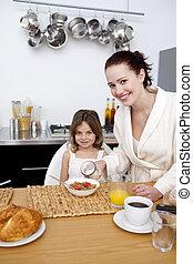 hija, teniendo, desayuno, con, ella, madre