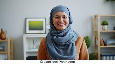 hijab, musulman, sourire, dame, appareil photo, heureux, portrait, appartement, regarder