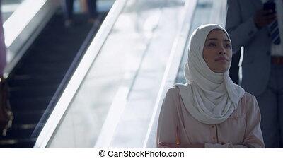 hijab, utilisation, escalator, femme affaires, 4k, bureau, moderne