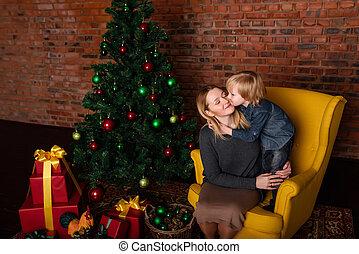 hijo, besar, madre, cerca, árbol de navidad