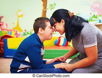 hijo, ella, amado, retrato, soulful, moment., madre, centro, incapacidad, rehabilitación
