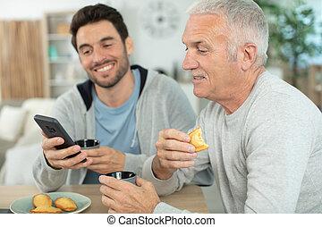 hijo, se sienta, adulto, anciano, papá, excitado, sofá