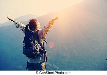hiker, alegrando, mulher, braços abertos