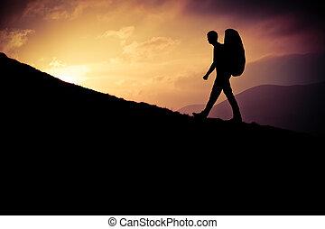 hiker, em, pôr do sol
