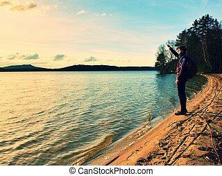 hiker, em, pretas, sportwear, e, escuro, óculos de sol, ligado, litoral, em, pôr do sol