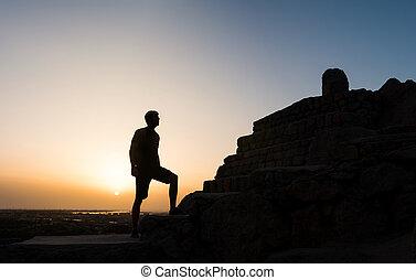 hiker, ligado, a, topo montanha, em, pôr do sol