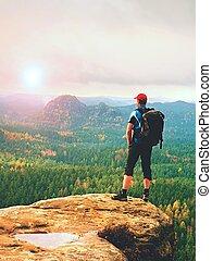 hiker, mochileiro, alcances, summit, de, montanha, peak., sucesso, liberdade, e, felicidade