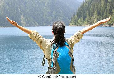 hiker, mulher, braços abertos