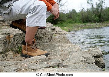 hiker, sentando, por, a, lado, de, um, lago