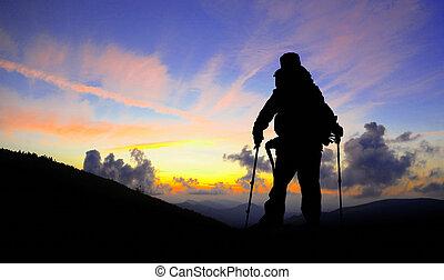 hiker, silueta, ligado, pico montanha, olhar, pôr do sol