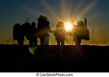 hikers, gang binnen, ondergaande zon , met, sunbeams, en,...