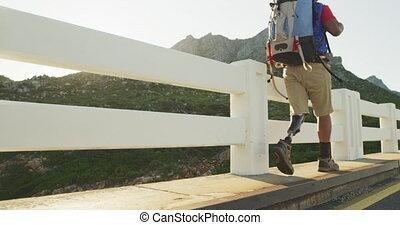 hiking, droga, protetyczny, człowiek, bok, noga, mieszany ...