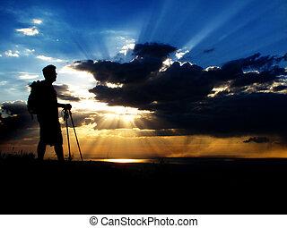 hiking homem, cima, um, montanha, em, pôr do sol, ou, amanhecer